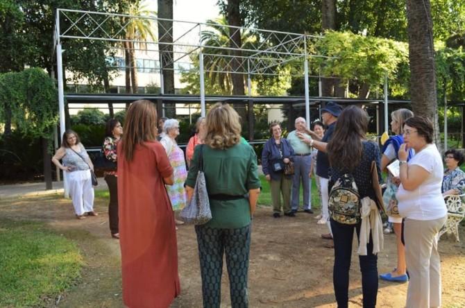 Jacinto, informa a su grupo de las características del jardín.