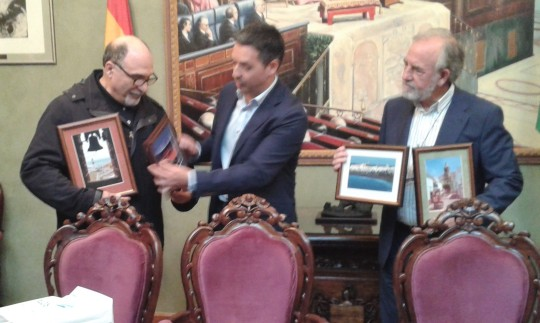 El Alcalde de Rota, hace entrega de unos cuadros a los representantes de la delegación sevillana