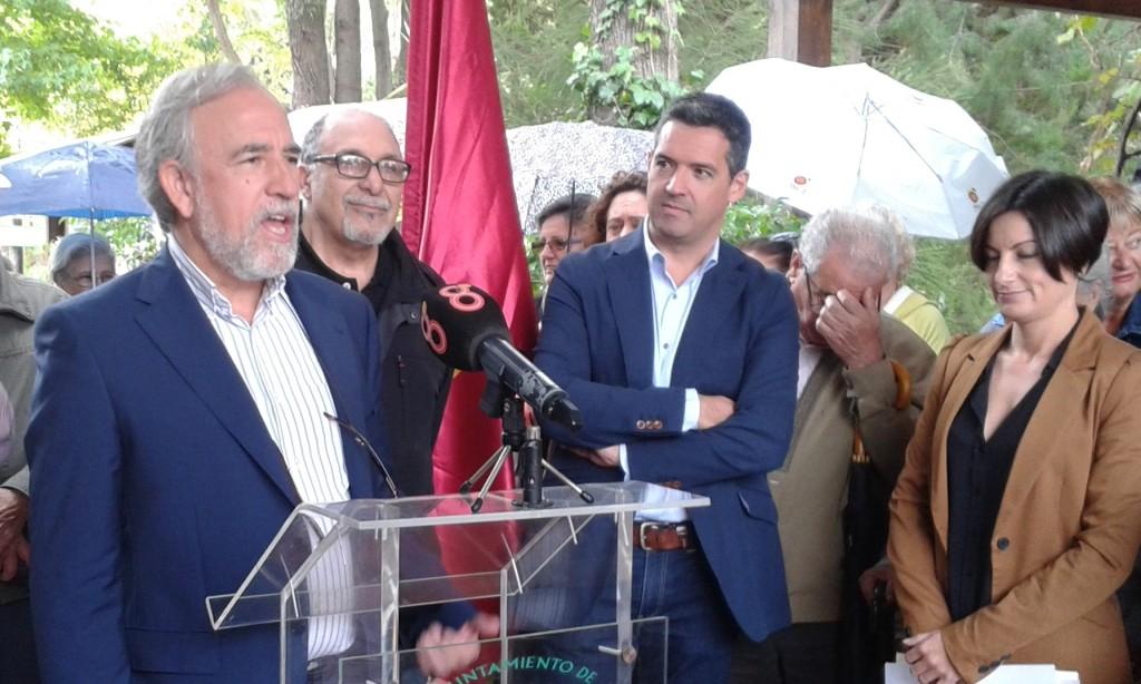 Adolfo Fernández Palomares, dice unas palabras de agradecimientos a los vecinos de rotas.