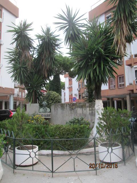 """Busto de Bécquer en la barriada de """"Las Golondrinas""""."""