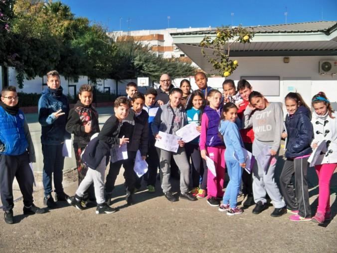 Los alumnos del colegio Manuel Canela posa junto al membrillero, cargado de frutos, después de identificar los árboles del colegio.