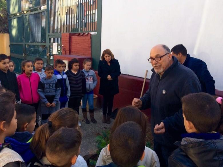 Jacinto Martínez, explicando las características del pacífico que van a plantar los alumnos del colegio Manuel Canela.