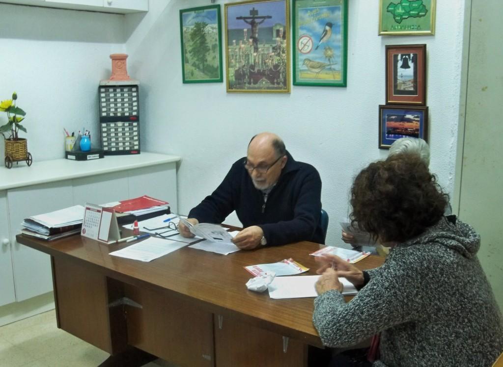 La mesa de la Asamblea General, compuesta por el presidente, la secretaria i la contadora.