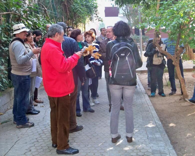 Los participantes en el paseo botánico, tomando notas de las explicaciones de Jacinto Martínez