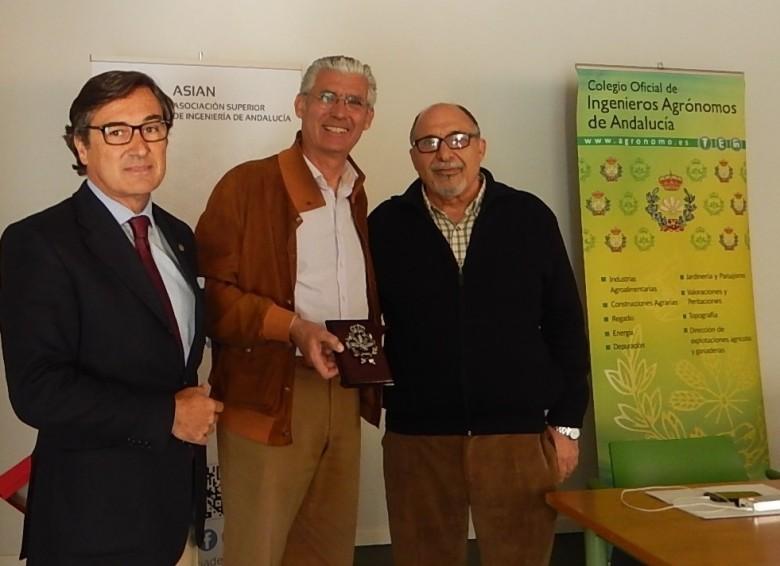 El presidente del Colegio Oficial de Ingenieros Agrónomos de Andalucía, le entregó al presidente de la Asociación Ciudadana por el Medio Ambiente un placa de recuerdo.