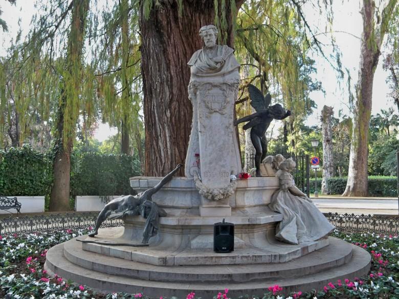 El monumento a Bécquer, con sus ciclamenes y su libro de cerámica.