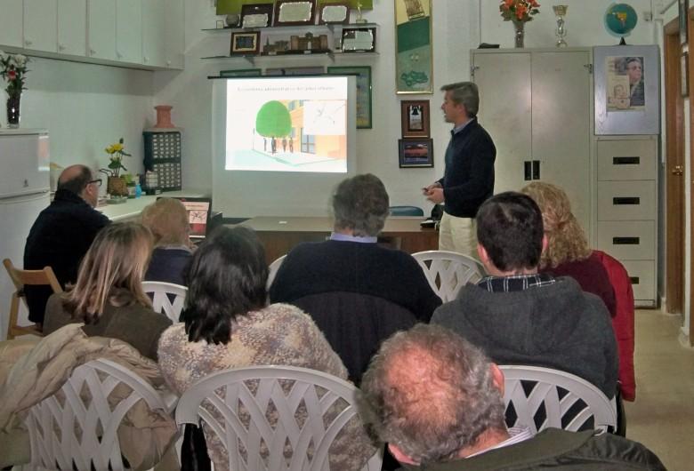 Los numerosos asistentes atentos a las explicaciones de Pedro Torrent.