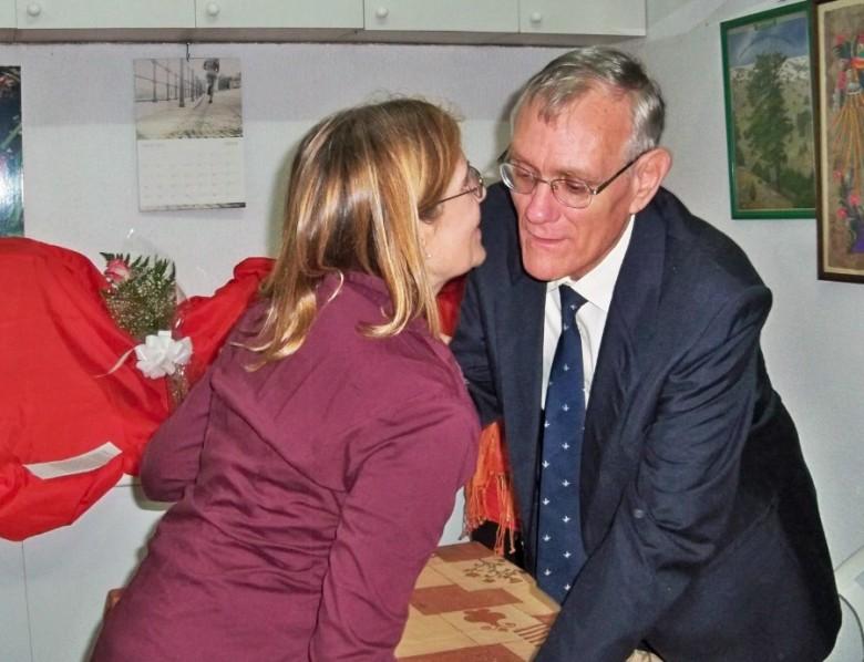 Marisol le entrega la rosa de la sensibilidad en el homenaje que la Plataforma Ciudadana por los Parques y Jardines de la Oliva le rindio a Alberto García Camarasa el día 27 de abril de 2013.
