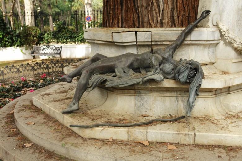 El ángel herido, sin carcaj, ni flechas...y, el monumento resquebrajado...