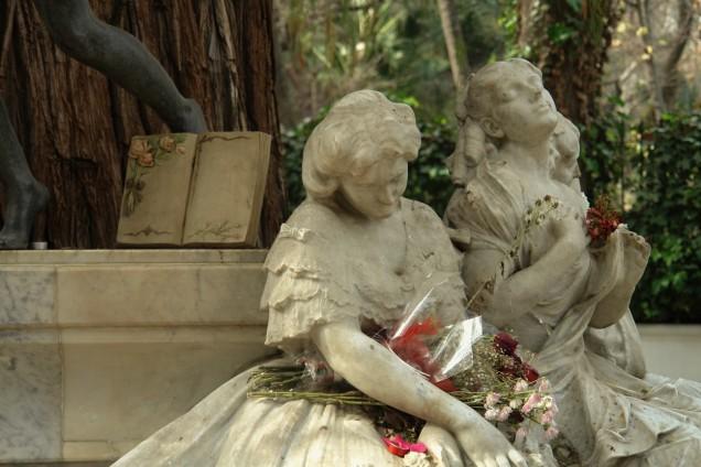 El libro de cerámica en el Monumento a Bécquer, fotografiado por José Elías Bonells.
