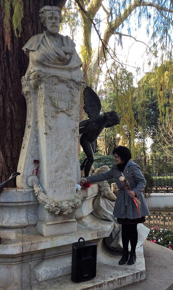 Pilar Alcalá, colocando la Rosa de la Sensibilidad.