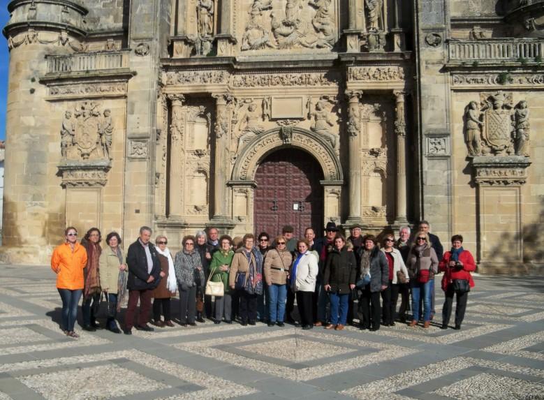 Los integrantes de la visita, al fondo la Sacra Capilla del Salavador