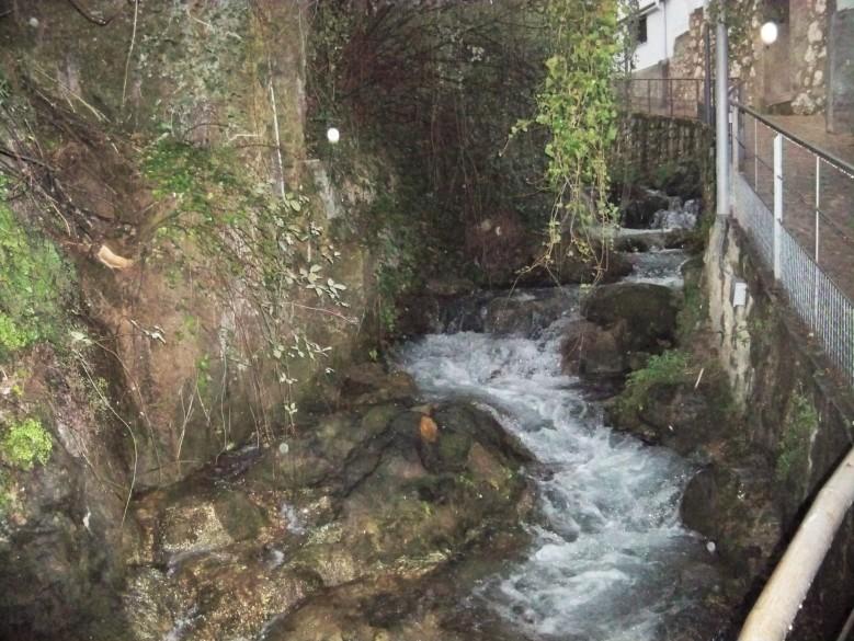 El río Cerezuelo, afluente del Guadalquivir, que discurre por debajo de una parte del pueblo de Cazorla.