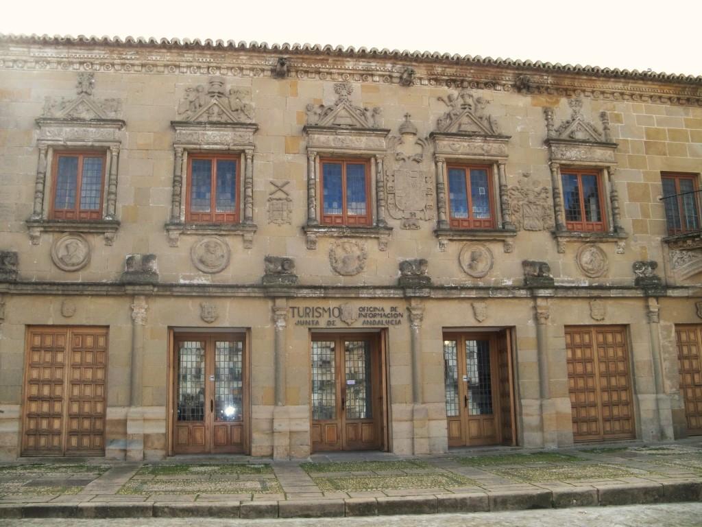 La Audiencia Civil. Bello edificio plateresco, hoy sede de la Oficina de Turismo.