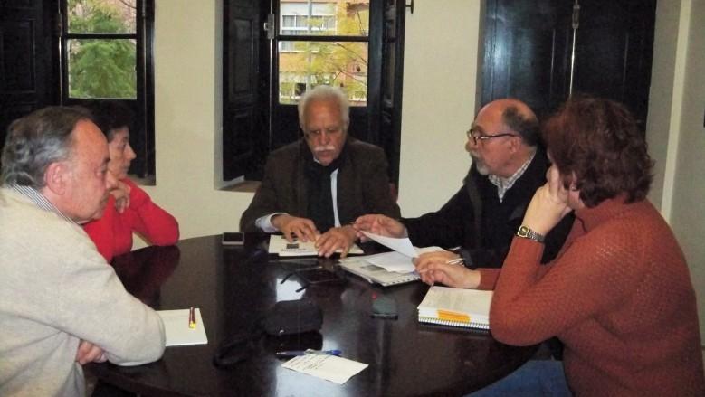 Don Joaquín L. Castillo. presidente de la Junta Municipal del Distrito Sur, con los cuatro representantes de la Asociación Amigos de los Jardines de la Oliva.