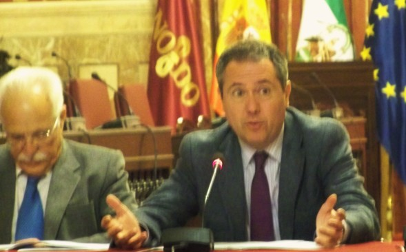 Nuestro Alcalde Juan Espada, dando explicaciones a las entidades del Polígono Sur en el Salón Colón del Ayuntamiento