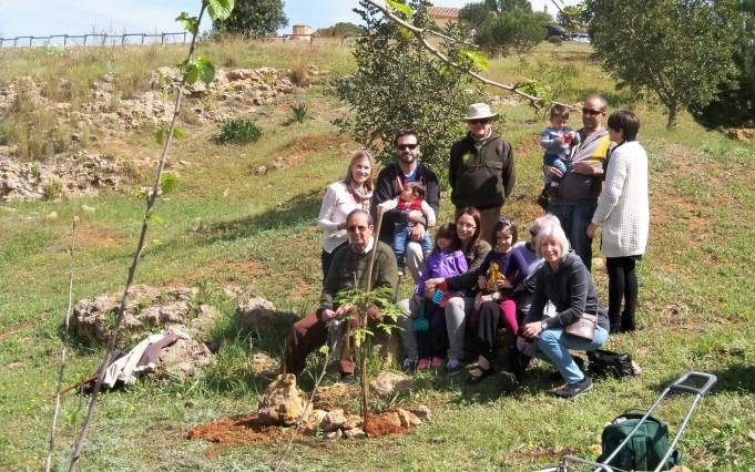 La familia García-Buero, posan después de la plantación del brachichito rosa.