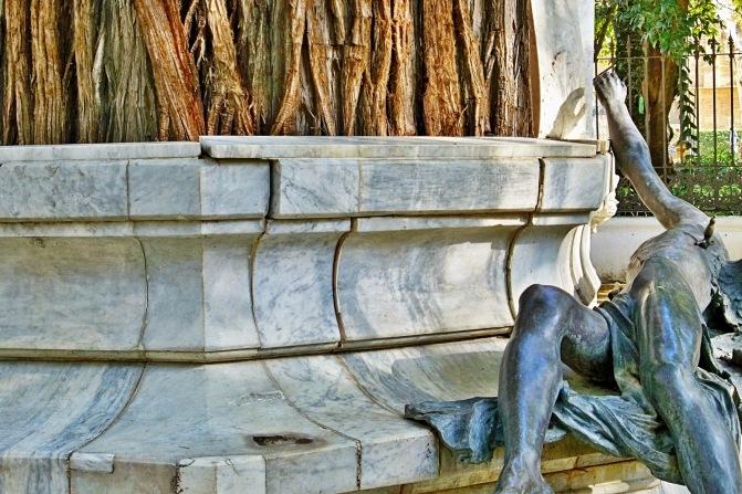La urgente restauración del monumento dedicado a Bécquer.