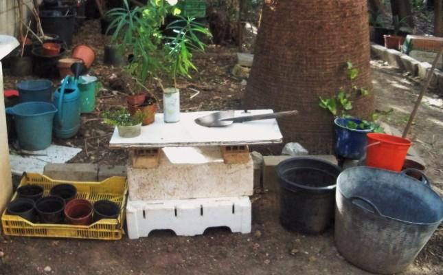 Mesa provisional para que los alumnos pudiesen realizar sus labores de jardinería.