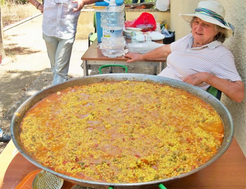 Esta paella ha sido cocinada por Sally Crane y Jacinto Martínez, para compensar la labor altruista que realizan estos ciudadanos.