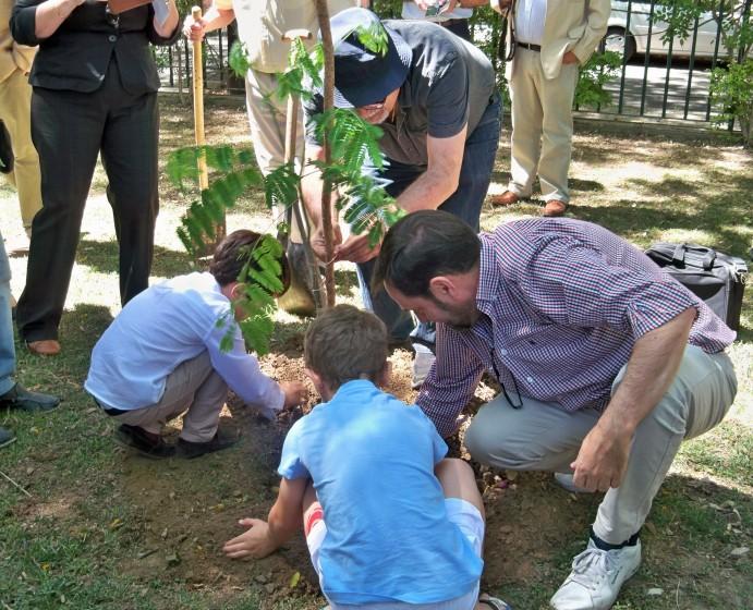 Momento de la plantación, los niños presentes pusieron su granito de arena.