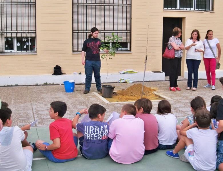 """Los alumnos del colegio de Prácticas """"Anejas"""" antes de comenzar el acto de plantación."""