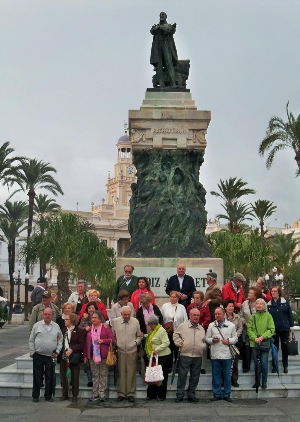 Un recuerdo de Cádiz, en el monumento a Moret.