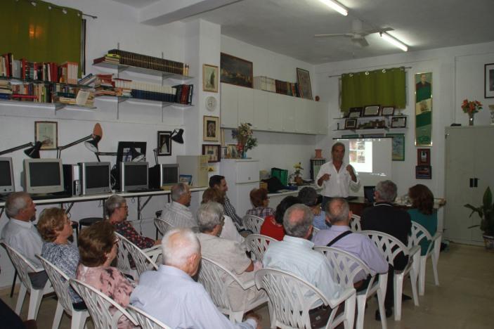 Nuestros socios, atentos a las explicaciones y datos de Ricardo Librero