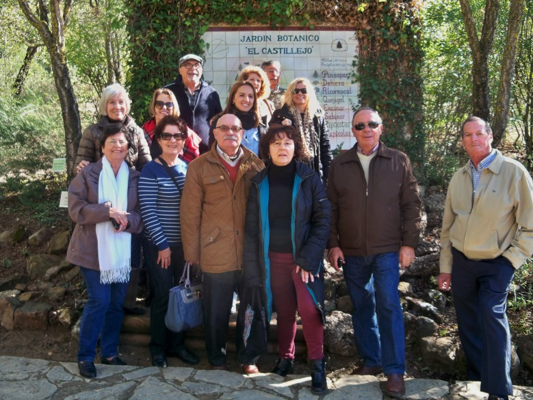 """Algunos de los miembros de la Coordinadora de mayores del Sur en la puerta del Jardín Botánico """"El Castillejo"""""""
