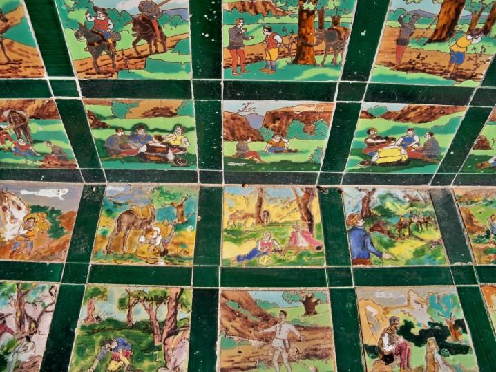 Las viñetas de los azulejos que reflejan los episodios del Quijote.
