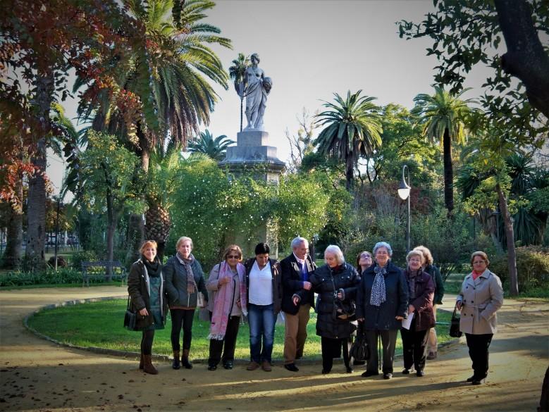 Las alumnas del Centro de Adultos de San Jerónimos y nuestra Amiga Inés en el monumento a la diosa Urania.