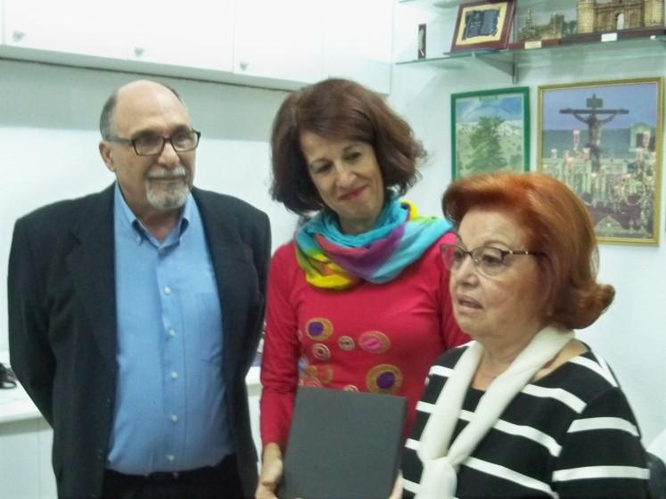 Leonor Mendoza,, viuda del sindicalista Fernando Soto, recogiendo la placa conmemorativa del Oliveño del Año 2016, de manos de Mar González, comisionada para el Polígono Sur de Sevilla.