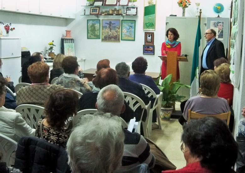Mar González, comisionada para el Polígono Sur, informa de la situación de la zona.