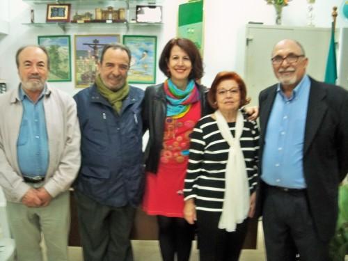 Leonor, posa con los compañeros de Fernando, Mar González y el presidente de la entidad.