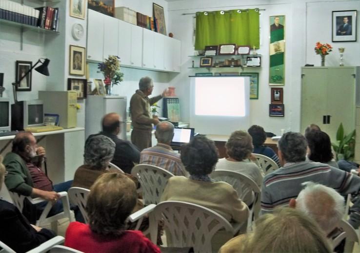 El académico Fernando Fernández Gómez, explicando la historia y el proyecto de las Atarazanas de Sevilla