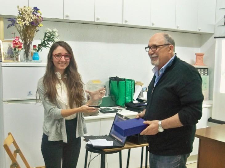 Lourdes Páez Morales, recibiendo la placa de recuerdo del acto.
