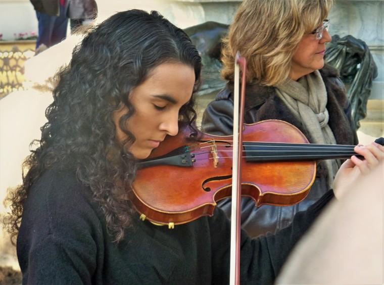 Beatriz Luis Morero, logró con su violín, emocionar a los asistentes.