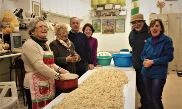 Una vez picado los nueve kilos de pan...María Franco, espurreó las migas de pan.