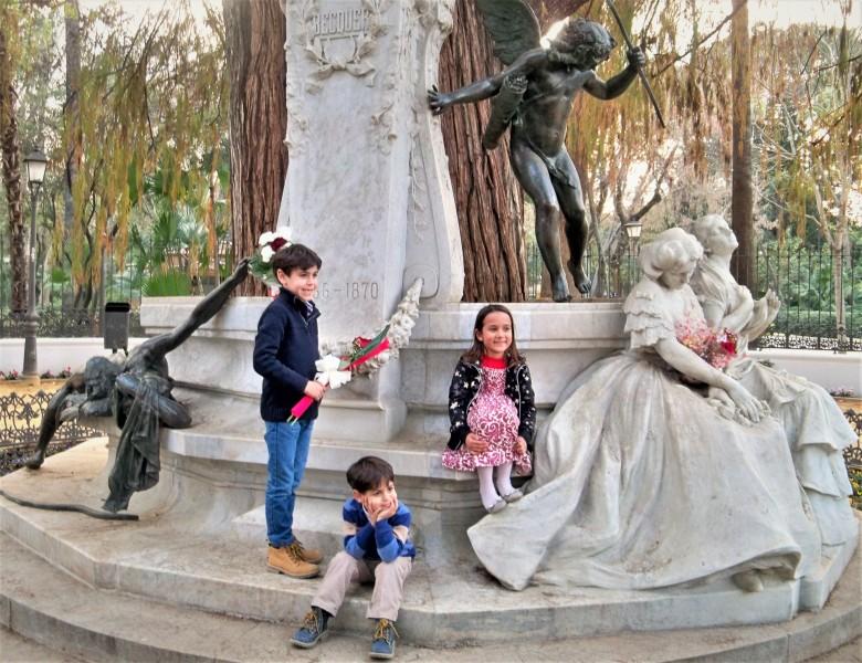 Los nietos de Mila, ofrendando la Rosa de la Sensibilidad.
