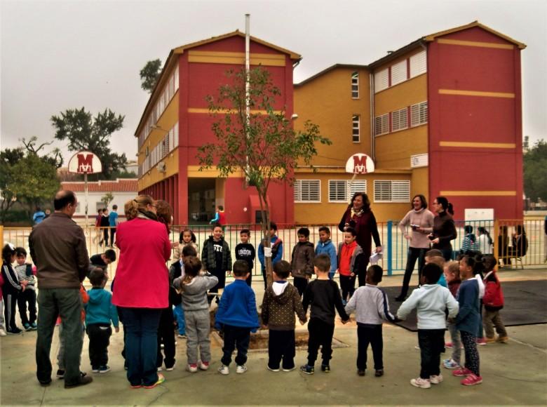 Acto de plantación de un árbol en el colegio Cristóbal Colón