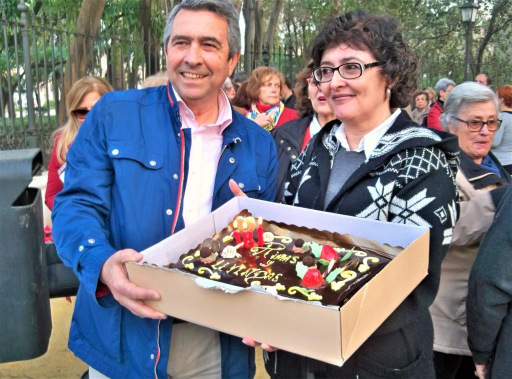 Pilar Alcalá y Luis M. Guerra, mostrando la tarta de cumpleaños de Bécquer