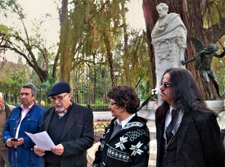 Dando la bienvenida y leyendo los memoriales de agradecimiento y lamentaciones.