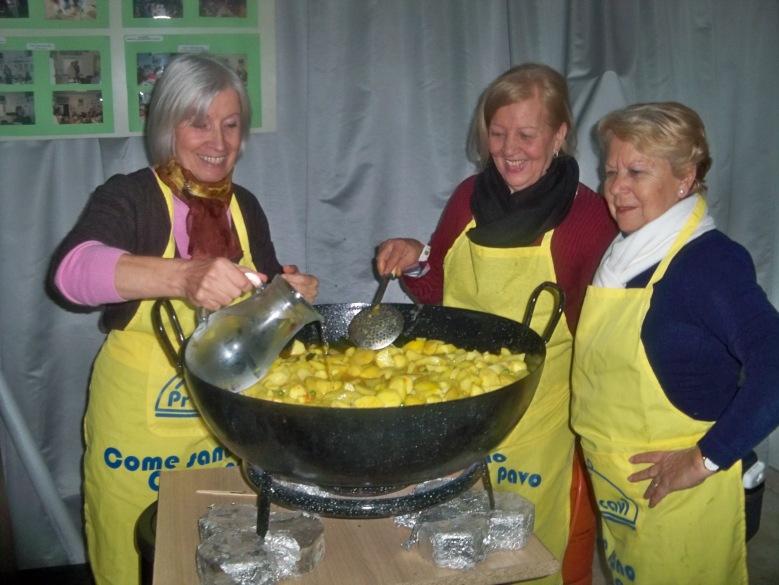 Las maestra de cocinas elaborando las papas con chocos.